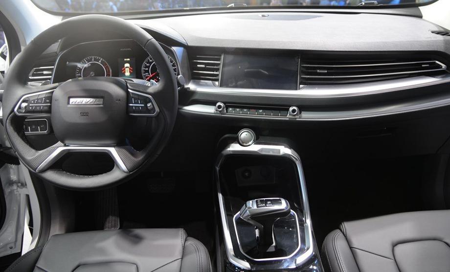"""Интерьер нового паркетника H6 с центральной консолью, повёрнутой в сторону водителя, по стилю напоминает один из новейших Хавейлов — <a href=""""/e/BlziQEAAsvw"""" class=""""c-link"""">H2S</a>, только тот играет в другой лиге. Мультимедийная система коннектится со смартфонами."""