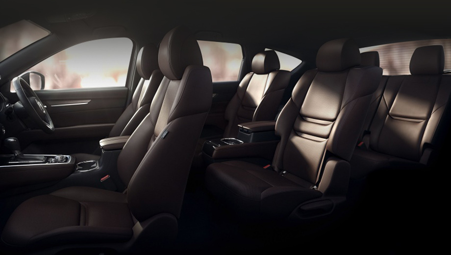 Mazda cx-8. По уверению фирмы, покупатели смогут заказывать шести- либо семиместный салон. В первом случае, как видно на этом тизере, во втором ряду будут стоять два раздельных кресла.