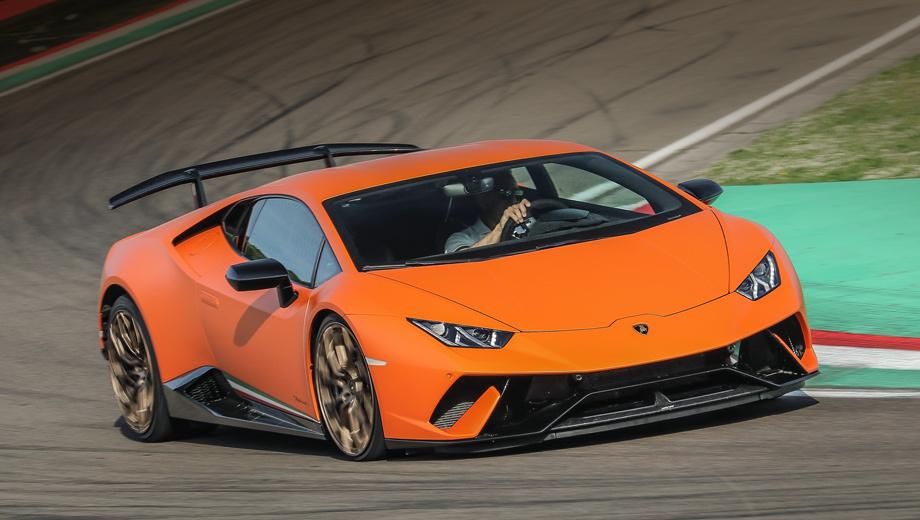 Lamborghini huracan,Lamborghini huracan performante. Первым именем Performante был назван Lamborghini Gallardo LP 570-4 Spyder в 2011 году — по сути открытая версия облегчённого купе LP 570-4 Superleggera. Спайдер Huracan Performante ещё впереди, а купе прибудет в Россию в июле: от 15,5 млн рублей, на два дороже обычного.