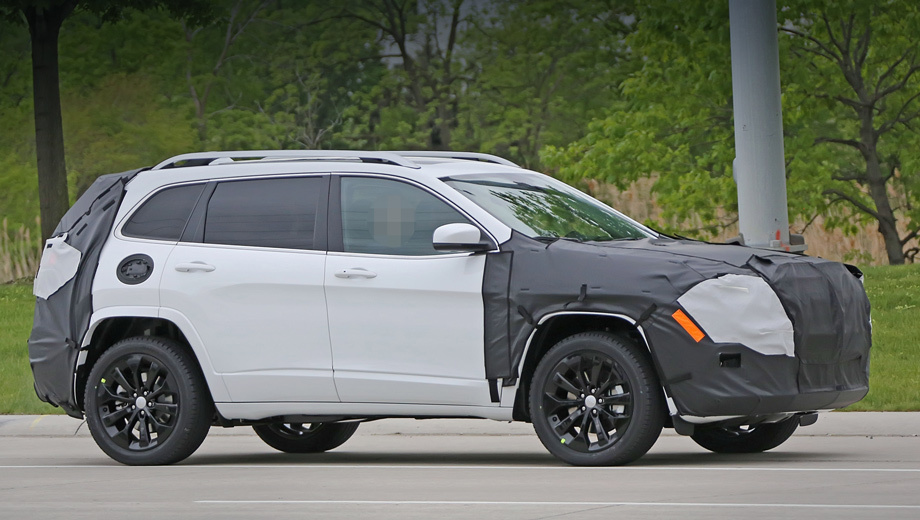 Jeep cherokee. В США нынешний Jeep Cherokee стоит от $23 695, а с 2014 по 2016 год американцы купили 600 188 машин. Для сравнения, за тот же период Honda CR-V (от $24 045) разошлась тиражом 1 038 001 штука, а Toyota RAV4 (от $24 410) ― 935 249 автомобилей.