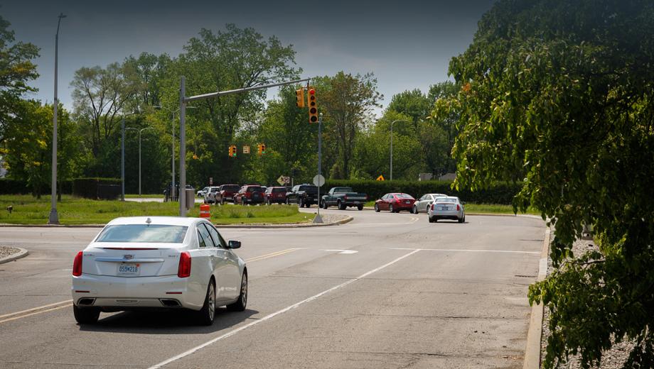 Cadillac cts. Эксперимент проходил на одном из перекрёстков вблизи Технического центра концерна GM в Уоррене (Мичиган).