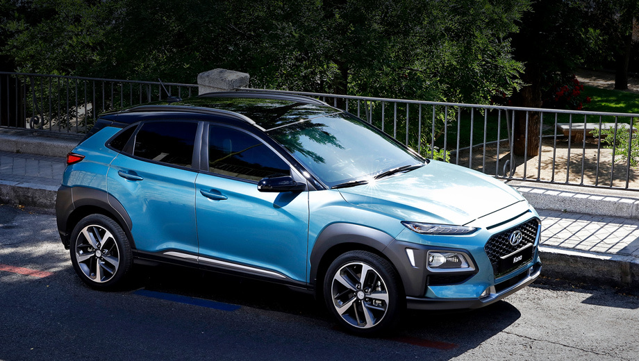 Hyundai kona. При длине 4165 мм Kona на 105 мм короче Креты, на 20 мм шире неё (1800) и на 80 мм ниже (1550). Колёсная база при этом на 10 мм длиннее (2600). Дорожный просвет не указан. Обвес из чёрного пластика Hyundai называет «доспехами».