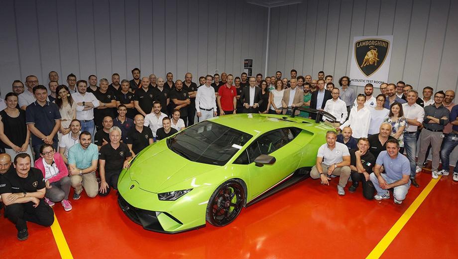 Lamborghini urus. На всю Россию есть всего два официальных шоу-рума, где можно приобрести Lamborghini, ― в Москве и Санкт-Петербурге. В 2016 году продано 24 итальянских суперкара (19 Ураканов и пять Авентадоров). План на 2017-й ― 34 машины. К слову, за Huracan просят от 15 млн рублей, а за Aventador ― от 17,6 млн.