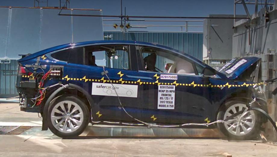 Tesla model x. «Фактически среди всех машин, которые когда-либо тестировались специалистами NHTSA, Model X уступает только Модели S», — гордится Tesla. «Эска» была испытана в 2013 году и в сумме заработала 5,4 звезды, хотя по правилам это невозможно.