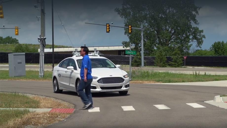 Ford fusion. По информации издания Automotive News, автономные Форды вполне освоились в искусственном городе, передвигаясь на скоростях до 40 км/ч.