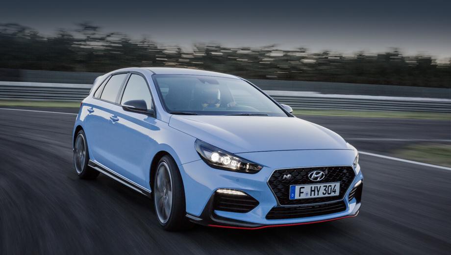 Hyundai i30 n,Hyundai i30. Развёрнутые по горизонтали диодные огни, более крупные воздухозаборники и сплиттер с красной полосой позволяют сходу отличить «горячий» i30 от простого. Основной цвет Performance Blue подсмотрен у гоночных Hyundai.