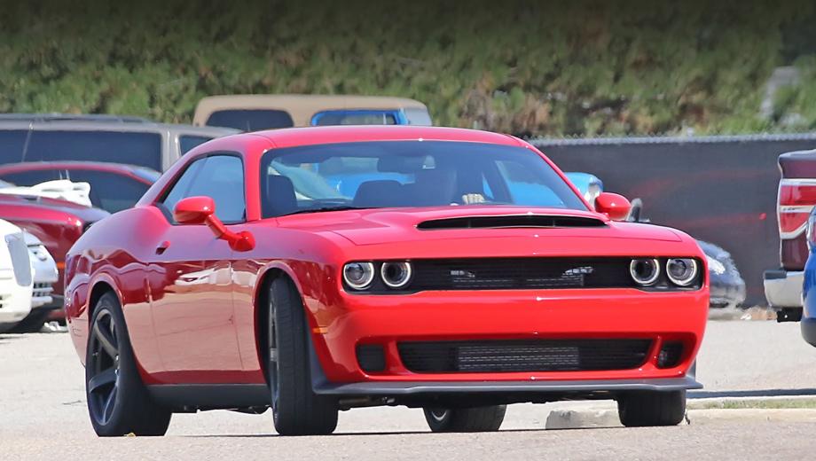 Dodge challenger. Первый намёк на более мощный мотор — капот с расширенным воздухозаборником, как у Демона. Но другие элементы от Хеллката, что интригует.