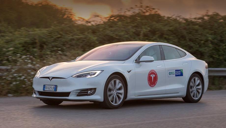 Tesla model s. За рулём рекордной Теслы с опечатанным зарядным лючком последовательно менялось несколько водителей. В качестве машин сопровождения тоже использовались Теслы.