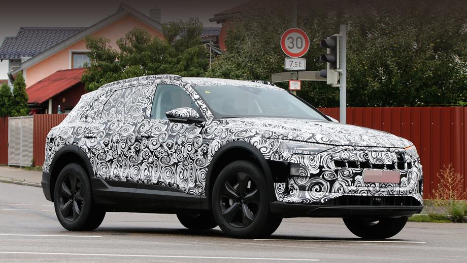 Audi e-tron quattro,Audi q6,Audi e-tron. Оформление носовой части в общих чертах напоминает то, что демонстрировал шоу-кар, но горизонтальные планки в решётке радиатора сменились вертикальными.