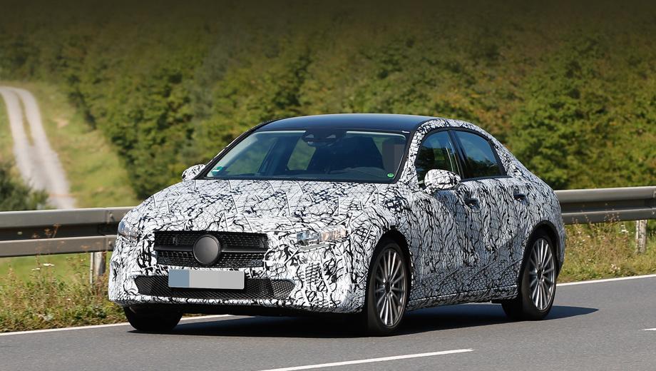 Mercedes a,Mercedes a sedan. Бампер и решётка радиатора несколько скорректированы сообразно требованиям безопасности, фары не такие узкие и не со столь острыми уголками, как на шоу-каре.