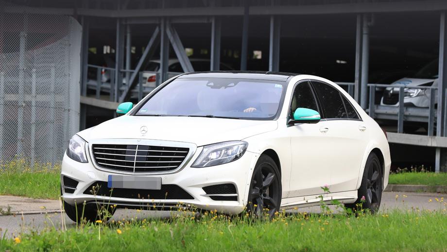 Mercedes s,Mercedes a,Mercedes a amg. Мало кто обратит внимание на белый дорестайлинговый седан. А ведь перед нами так называемый мул, то есть прототип, на котором тестируется шасси уже не W222, но W223.