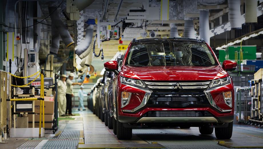Mitsubishi eclipse cross. И в Европу, и к нам модель будет поставляться из Японии, с завода в городе Оказаки. Вместе с Eclipse Cross Mitsubishi расширяет присутствие в одном из самых быстрорастущих сегментов европейского рынка. В 2016 году продажи среднеразмерных кроссоверов выросли на 22%, а в первой половине 2017-го — на треть.