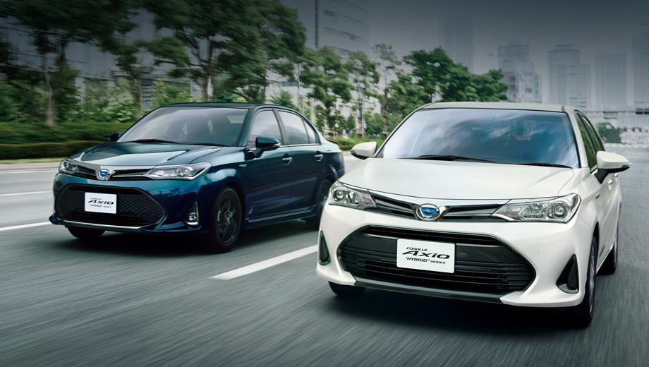 Toyota corolla,Toyota corolla axio. Слева едет седан в новом топовом исполнении W×B, которое отличает Короллу от стандартной сетчатой решёткой, хромированными деталями и прочими премиальными штучками.