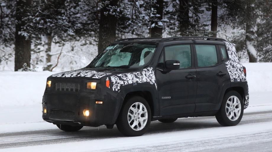 Jeep renegade. Лицо станет менее округлым и простодушным за счёт усложнённой формы решётки. В фарах появятся горизонтальные секции, как у Рэнглера.