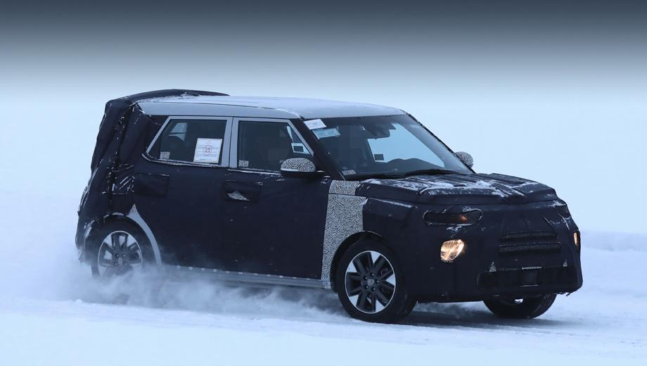 Kia soul. Это первые снимки «третьего» Соула. Интересная деталь — двухэтажная оптика, характерная для ряда последних моделей Hyundai, а вовсе не Kia. Родственная марка позаимствует приём?