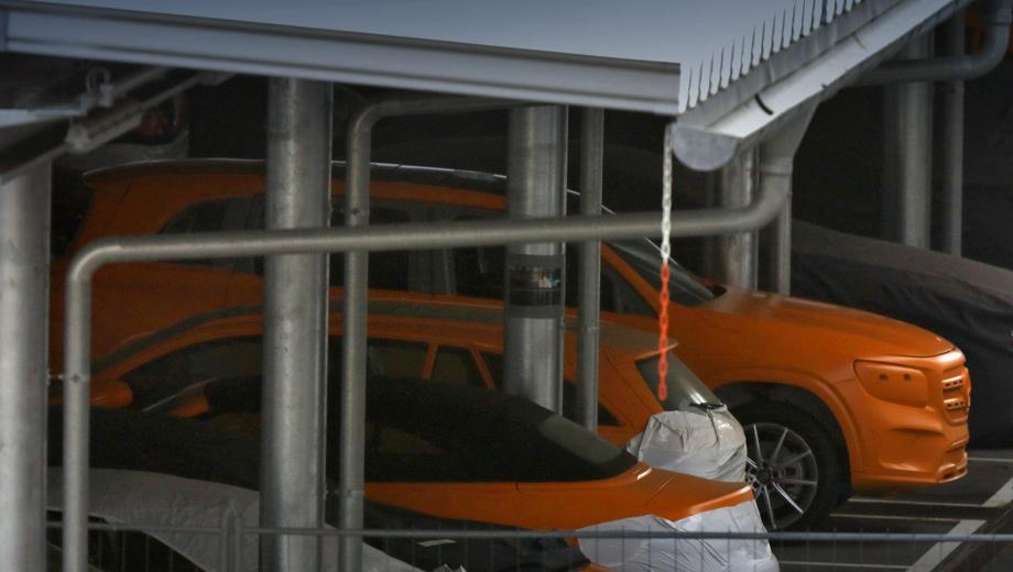 Mercedes glb. В такой же оранжевой раскраске мы однажды видели Mercedes А-класса (на фото посередине, внизу «цешка»-кабриолет). Предположительно, это машины для заводских краш-тестов.