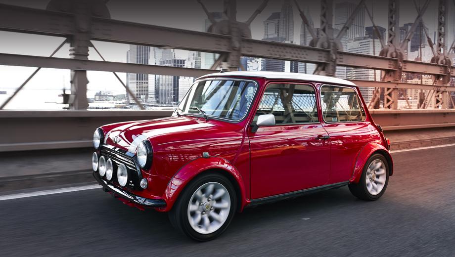 Mini electric. Классический Mini Cooper для проекта был тщательно отреставрирован и получил яркий красный оттенок, а также белую крышу. А ещё автомобиль украшен эмблемами Mini Electric в виде буквы E, перетекающей в электрическую вилку.