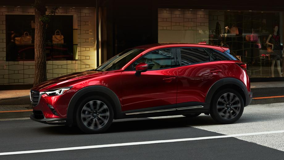 Mazda cx-3. В решётке радиатора поменялось расположение планок, по углам переднего бампера появились хромированные полоски, которые визуально переходят в хромированные вставки внизу дверей (вместо матово-серых).