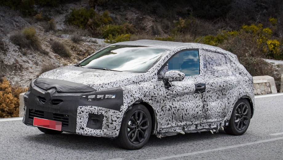 Renault clio. По слухам, хэтчбек Renault Clio пятой генерации дебютирует на домашнем автосалоне в Париже. Исключительно переднеприводный автомобиль предложат с несколькими двигателями и двумя типами коробок передач ― механической и роботизированной с двумя сцеплениями.