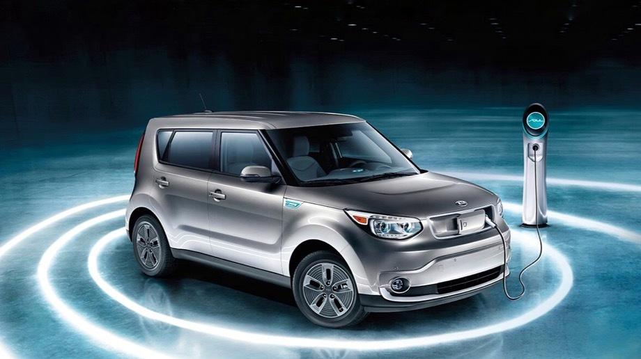 Kia soul. Сейчас Soul EV оснащается литиево-полимерной батареей ёмкостью 30 кВт•ч, которая должна обеспечивать запас хода в 179 км. Для экспресс-зарядки на 80% нужно 30 минут. При подключении к розетке на 240 вольт требуется 4–5 часов.