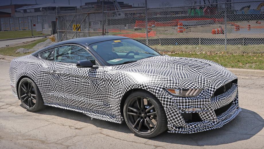 Ford mustang,Ford mustang shelby,Ford mustang shelby gt500. От стандартных Мустангов Shelby GT500 отличаться будет сильно. К примеру, у топ-версии передние алюминиевые крылья, горбатый капот, решётка радиатора и бампер окажутся оригинальными. То же самое касается кованых колёс и расширенных порогов.