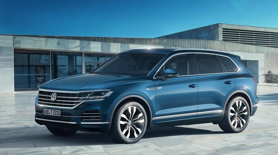 Volkswagen touareg. После смены платформы и генерации Touareg стал крупнее, легче и ближе к премиум-классу. Теперь ему доступны полноуправляемое шасси, матричные фары, система ночного видения и многое другое.