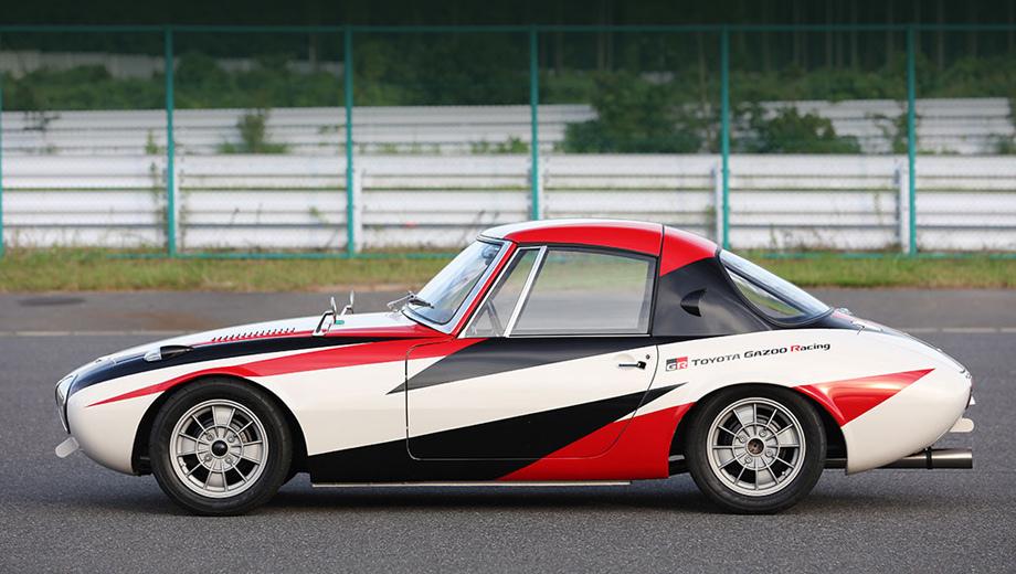 Toyota sports 800. Отреставрированная машина одета в нынешнюю ливрею Toyota Gazoo Racing, и это едва ли не единственная уступка современности.