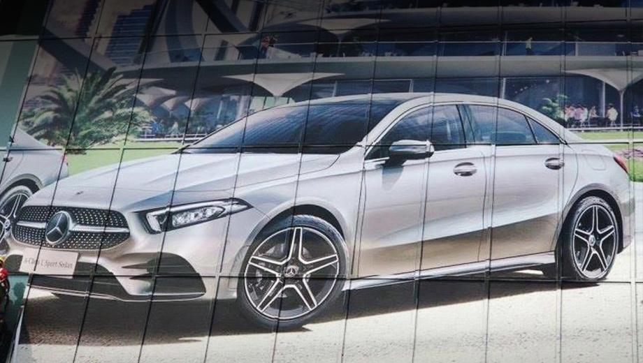Mercedes a. По сравнению с прежним Мерседесом CLA новый седан будет длиннее, шире и выше. Также инженеры расширят переднюю и заднюю колеи. Улучшится и аэродинамика, благодаря плоскому днищу и активным жалюзи за решёткой радиатора и в нижней части переднего бампера.