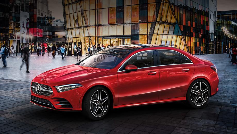 Mercedes a,Mercedes a l. В длину «элька» насчитывает 4609 мм (+ 190 к хэтчбеку), в ширину — 1796 (паритет), в высоту — 1460 (-20 мм). Будут доступны два варианта: Sedan и Sport Sedan (на фото). Чем они отличаются, пока неясно.