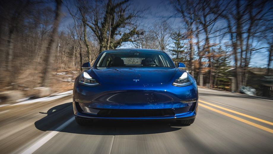 Tesla model y. Проблемы, которые возникли с объёмами производства Модели 3 (на фото), не решены до сих пор. В апреле удалось достичь уровня 2270 машин в неделю, хотя Tesla обещала выпускать по 5000 штук. Всё это происходит на фоне очередных рекордных убытков: в первом квартале потеряно $710 млн.