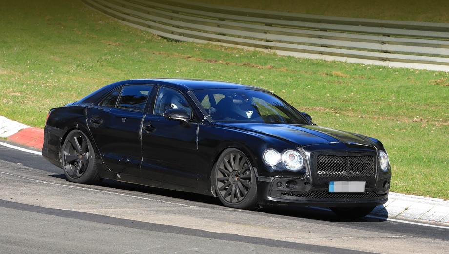 Bentley flying spur. Камуфляж заставляет новый седан выглядеть похожим на предка, но и под накладками революционного облика ждать нет смысла. Хотя теперь в передней четырёхглазой оптике маленькими сделаны наружные кружки (было наоборот).