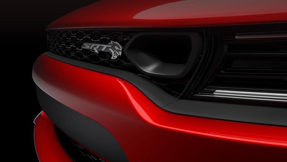 Dodge charger,Dodge charger srt hellcat. В решётке радиатора появилась новая по рисунку сетка, а рядом с логотипом SRT — воздухозаборник.