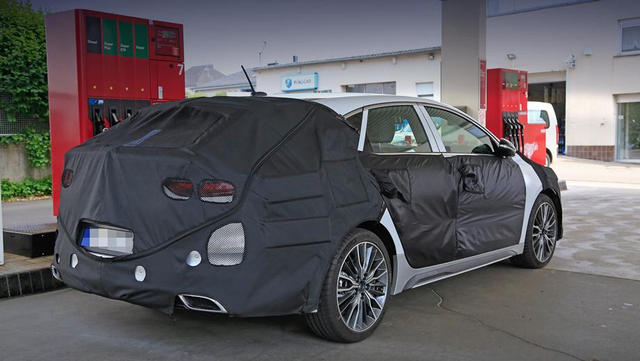Kia ceed,Kia ceed fastback. Это точно фастбек, а не шутинг-брейк, анонсированный концептом Proceed. Но с чего он такой нарядный? Бросаются в глаза не только разведённые «по углам» выхлопные отверстия, но и 18-дюймовые колёса с низкопрофильными шинами Michelin Pilot Sport 4, а также боковые юбки.