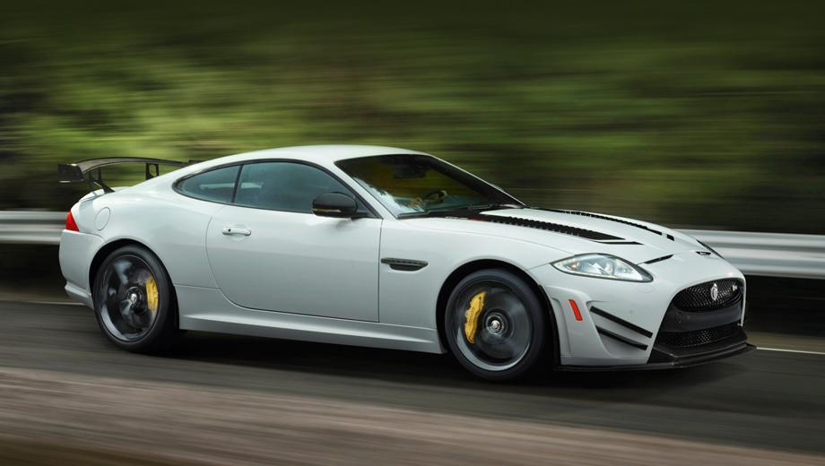 Jaguar xk. Помимо простых серийных версий XK британцы построили дюжину лимитированных исполнений. На фото — ориентированное на трек купе XKR-S GT 2013 года, выпущенное тиражом всего тридцать экземпляров.