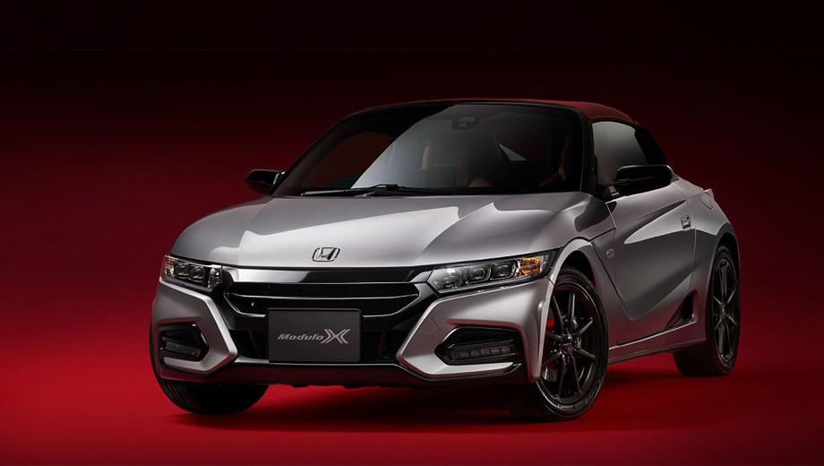 Honda s660,Honda s660 modulo x. Дизайнеры заменили оба бампера на более агрессивные. Спереди появились светодиодные полоски ходовых огней. В экстерьере стало больше чёрного глянца, например, в него окрашены боковые зеркала. Для мягкого верха выбран винный цвет Bordeaux Red.