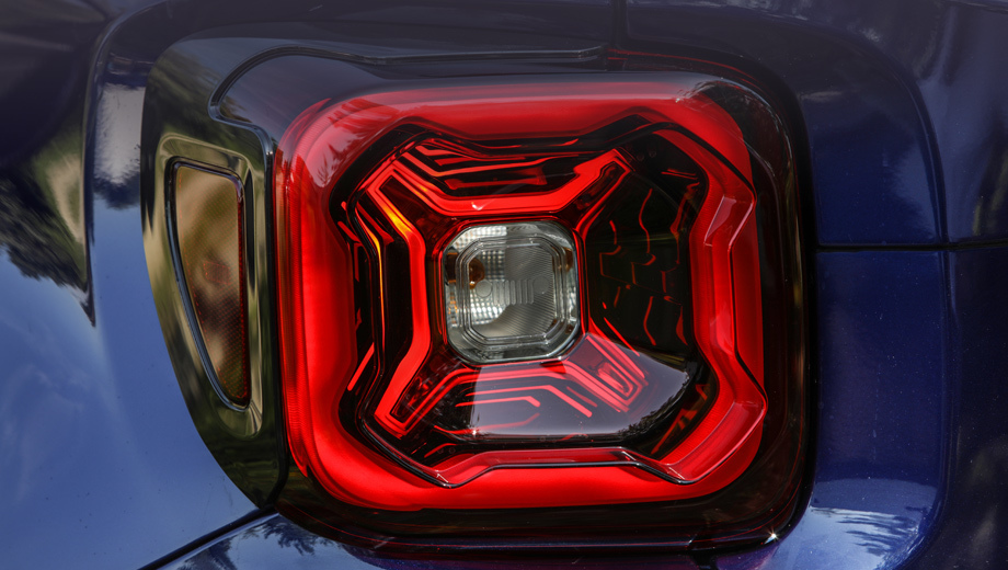 Jeep renegade. Косой крестик намекающий на рельеф канистры с бензином стал визитной карточкой Ренегейда. Перед вами новая оптика. В прошлых фона