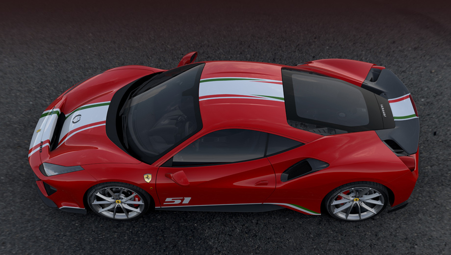 Ferrari 488 pista. Расширяющиеся к краям полосы в цветах итальянского флага на купе Piloti Ferrari копируют рисунок на боевом купе 488 GTE команды AF Corse чемпионата FIA WEC.