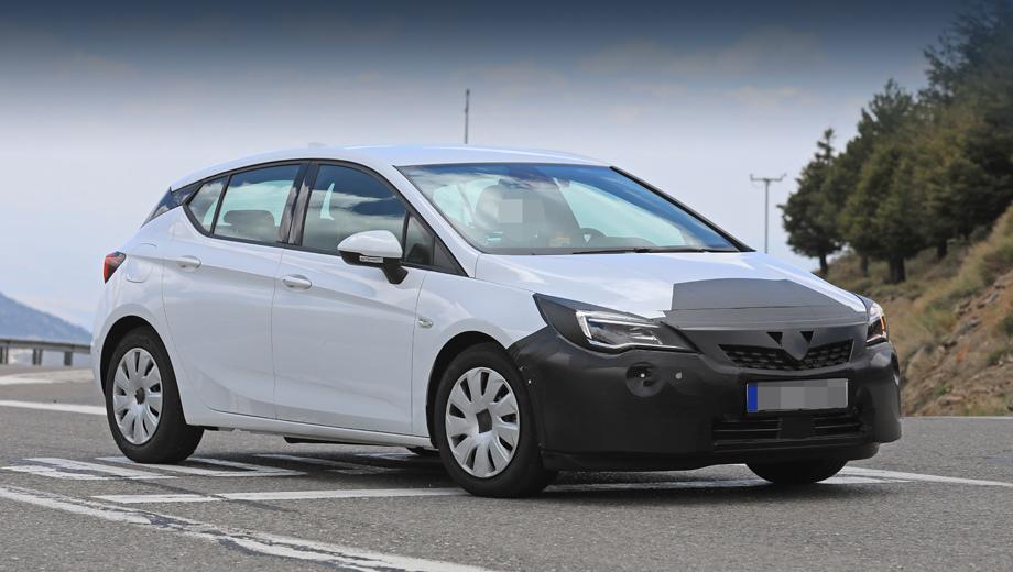 Opel astra. Изменения в решётке радиатора очевидны, бампер пока слишком прикрыт, а оптику ещё ждут перемены.