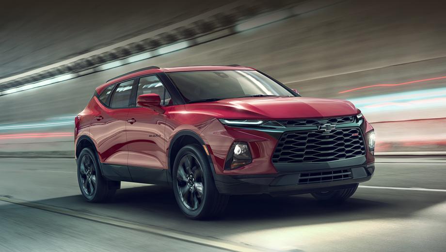 Chevrolet trailblazer,Chevrolet blazer. Автомобиль будет выпускаться в нескольких исполнениях, внешне отличающихся декором (решёткой радиатора и передним бампером, в частности). Красная машина на снимках — оспортивленный RS, серая — топовый Premier.