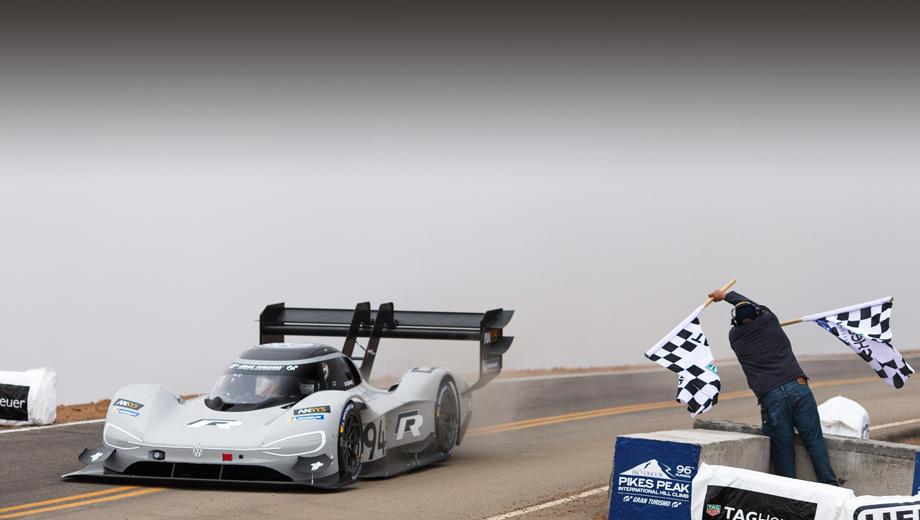 Volkswagen id r pikes peak,Volkswagen id r,Bentley bentayga. Несколько последних лет «электрички» в абсолютном зачёте Пайкс-Пика были довольно близки к победе, но всё же уступали бензиновым болидам (кроме 2015 года, но тогда времена у всех оказались хуже обычного, и победитель Рис Миллен на eO PP03 проехал трассу за 9:07.222).