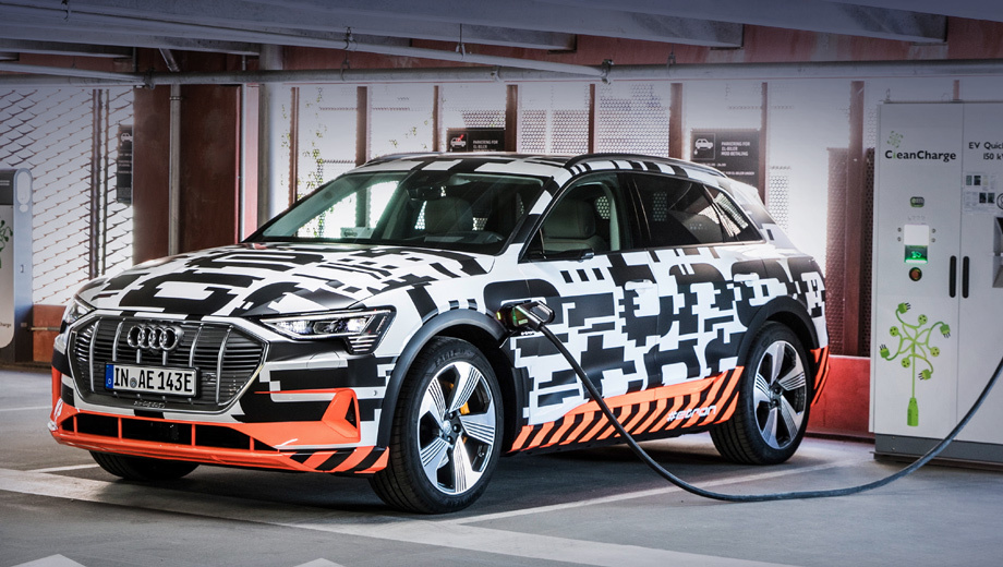 Audi e-tron,Audi e-tron prototype,Audi concept. Премьера паркетника должна была состояться 30 августа в Брюсселе, но в связи с «организационными вопросами» (арестом гендиректора Руперта Штадлера) презентация перенесена на неопределённый срок. Ожидается, что она пройдёт в США до конца года.