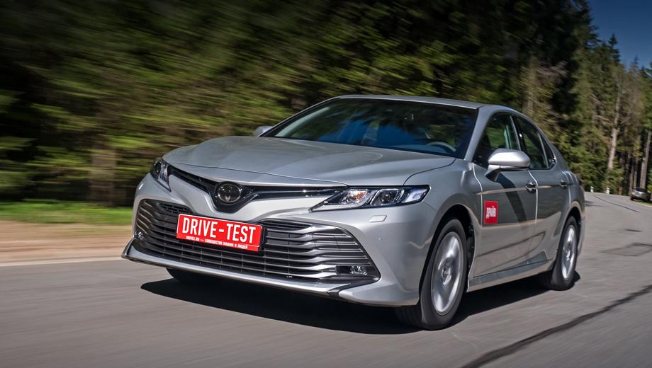 Toyota camry. В России Toyota Camry доступна в десяти комплектациях от 1 399 000 до 2 341 000 рублей. Наша машина в версии Elegance Safety посередине — 1 818 000 рублей. Цвет «металлик» за 21 тысячу — единственная дополнительная опция. Итого мы заплатили 1 839 000 рублей.