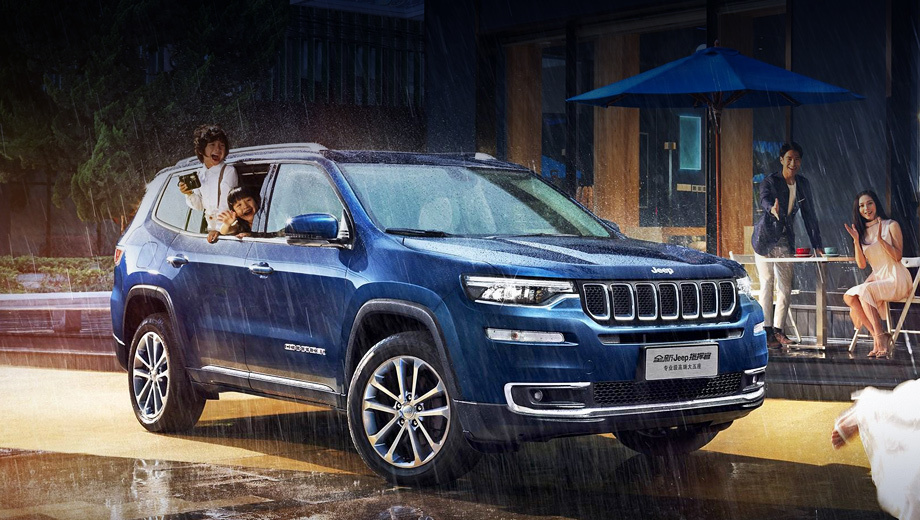 Jeep commander,Jeep grand commander. Как ни странно, по всем размерам новобранец в точности совпадает с Грандом. Длина, ширина, высота — 4873×1892×1738 мм, колёсная база — 2800 мм. Отличительные признаки — хромированная окантовка бампера и надписи на дверях.