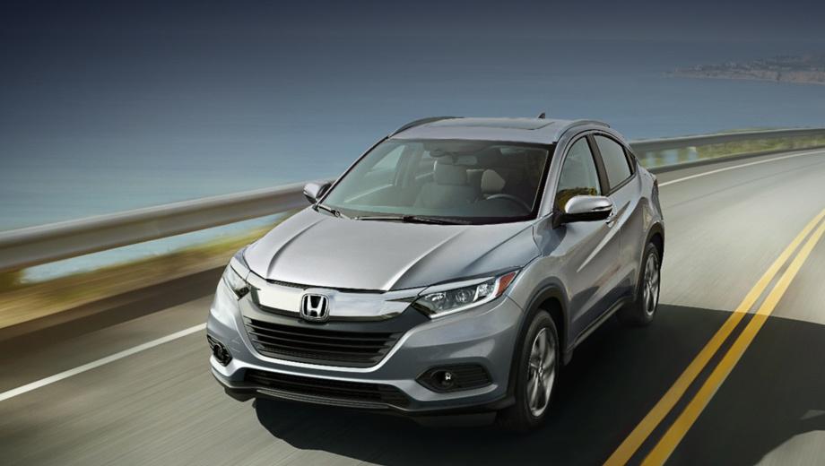 Honda hr-v. Рестайлинговый HR-V можно узнать по изменённым решётке радиатора, бамперам, фонарям и легкосплавным колёсам нового дизайна. Даже базовые фары теперь линзованные, а за доплату можно получить светодиодную фронтальную оптику в стиле Acura Jewel Eye.
