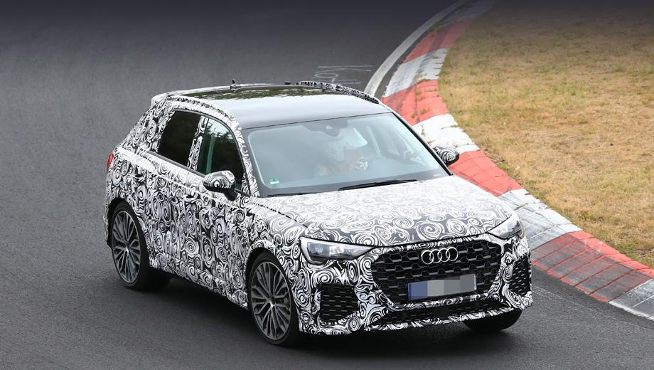 Audi q3,Audi rs q3. Решётка радиатора с необычным рисунком, расширенные воздухозаборники, крупные колёсные диски... Топ-версию видно за версту.
