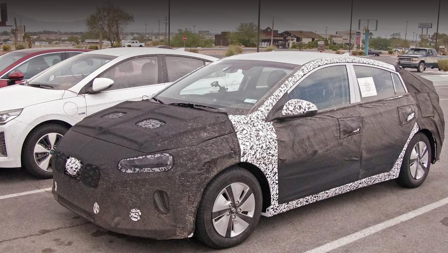 Hyundai ioniq. На тесты обновлённый Ioniq вышел вместе с дорестайлинговым Иоником Plug-in, но лючка на левом переднем крыле у новой машины нет. Вероятнее всего, перед нами обычный гибрид.