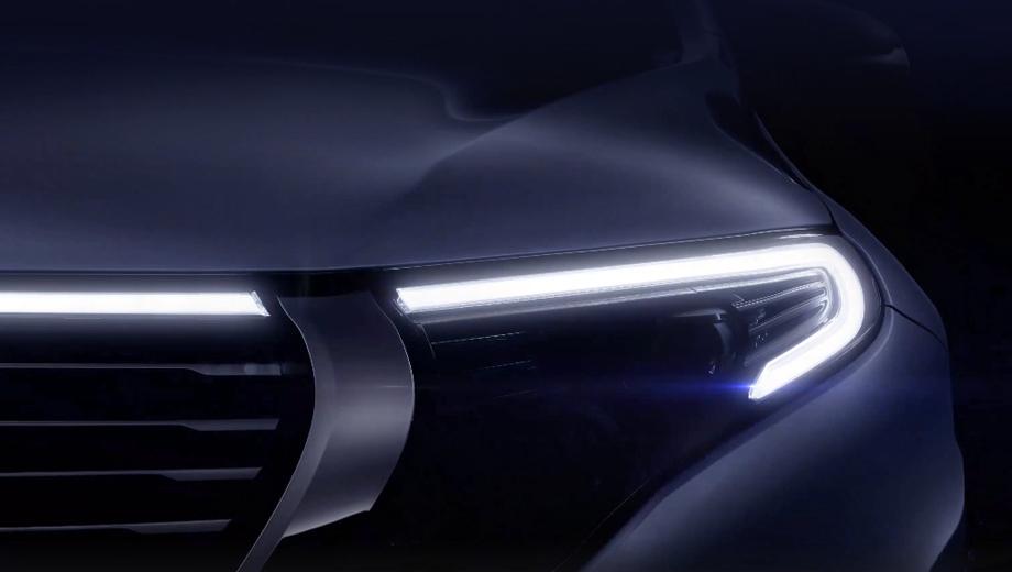 Mercedes eqc. Самый свежий тизер демонстрирует кусочек фронтальной оптики и решётки радиатора без камуфляжной плёнки. Обратите внимание: световая полоса ходовых огней должна сиять не только вокруг фар — она протянется и по кромке капота.
