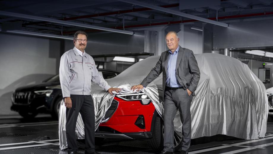 Audi e-tron. «Наш завод в Брюсселе — первое в мире производство в премиум-сегменте, сертифицированное как CO2-нейтральное. Мы компенсируем все выбросы за счёт энергии из возобновляемых источников и через экологические проекты», — отметил член правления Audi Петер Кёсслер (на фото справа).