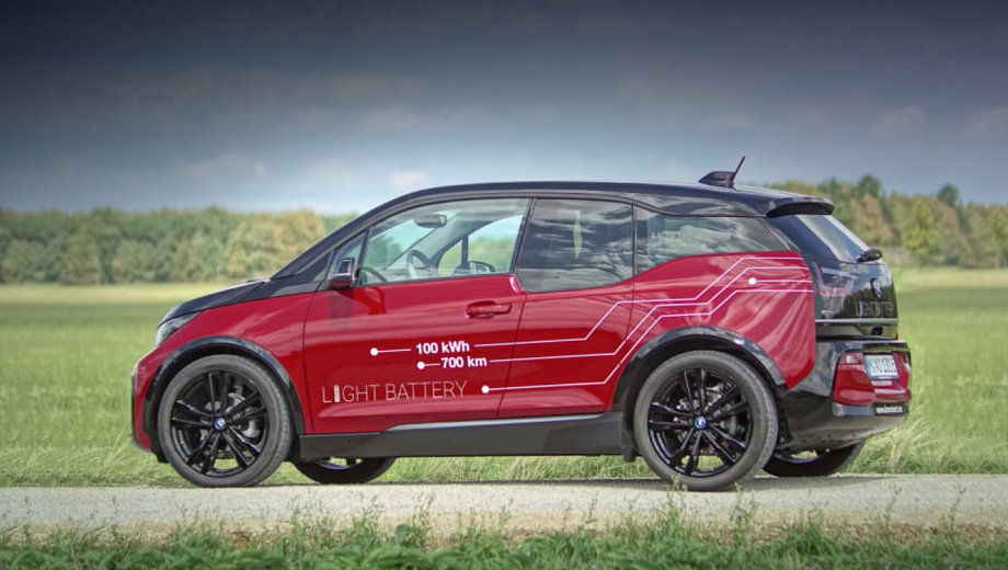 Bmw i3. Этот BMW рекордов по пробегу на зарядке не ставил, однако его возможности впечатляют, если принять во внимание небольшие размеры автомобиля, а значит, и скромный объём пространства, доступный для батареи.