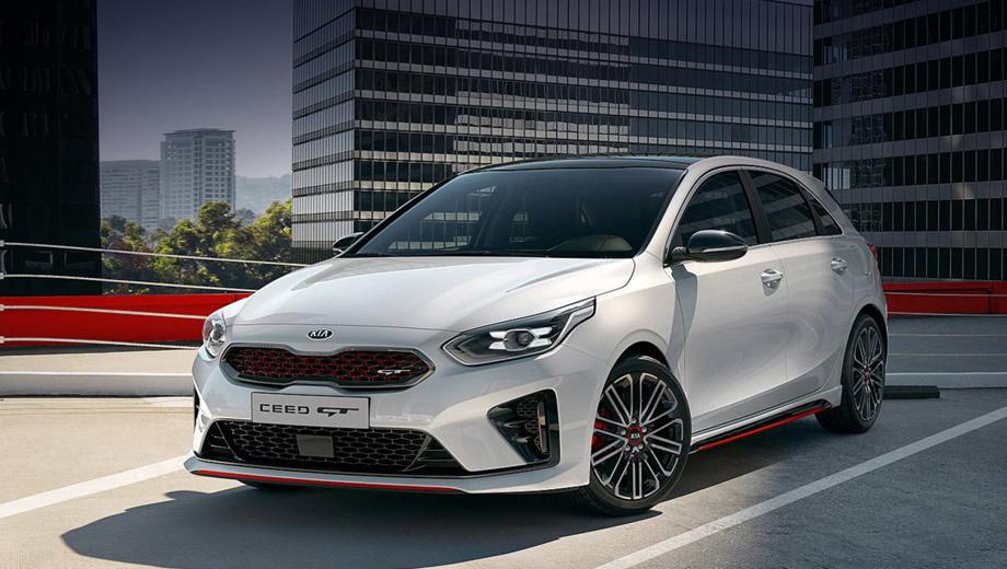 Kia ceed,Kia ceed gt. Внешне GT версия отличается от базовой перекроенным бампером с увеличенными воздухозаборниками, глянцево-чёрными вставками и красными акцентами по всему периметру.